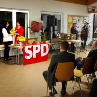 Ulrike Praß übergibt Blumenstrauß an Angelika Weikert